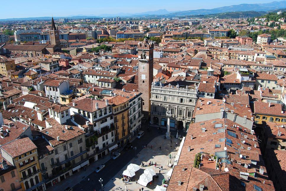 http://www.vivalditravel.hu/user_images/92/verona_-_piazza_erbe_from_lamberti_tower.jpg